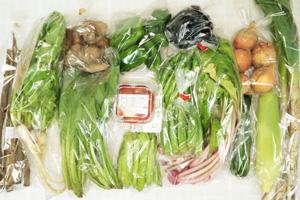 10月2日の無施肥無農薬栽培と自然栽培の定期宅配Lセット/玉ねぎ、里芋、トウモロコシ、ゴボウ、ズッキーニ、ピーマン、伏見とうがらし、茄子、オクラ、シカクマメ、大根葉(中抜き葉)、赤かぶ中抜き葉、ミニトマト、長ネギ、小松菜