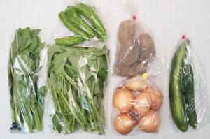 8月9日の無施肥無農薬栽培と自然栽培の定期宅配Sセット/玉ねぎ、ジャガイモ(メークイン)、キュウリ、万願寺とうがらし、エンサイ(空心菜)、ツルムラサキ